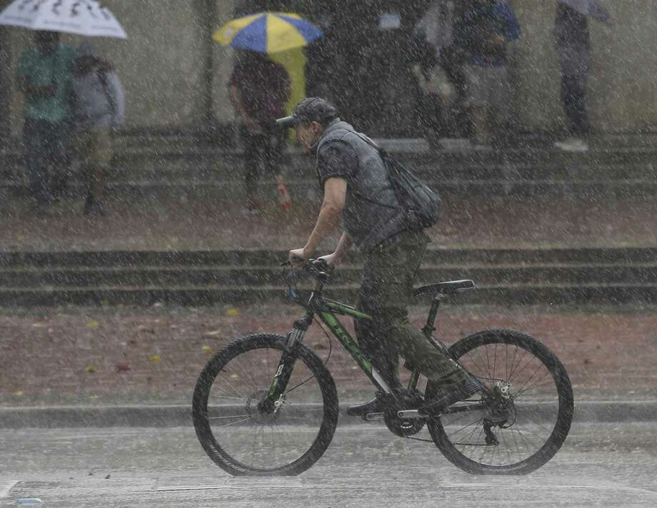 A bicycalist braves through the heavy rain without rain gear at Lanier Middle School on Wednesday, Oct. 31, 2018, in Houston. Photo: Yi-Chin Lee, Houston Chronicle / Staff Photographer / © 2018 Houston Chronicle