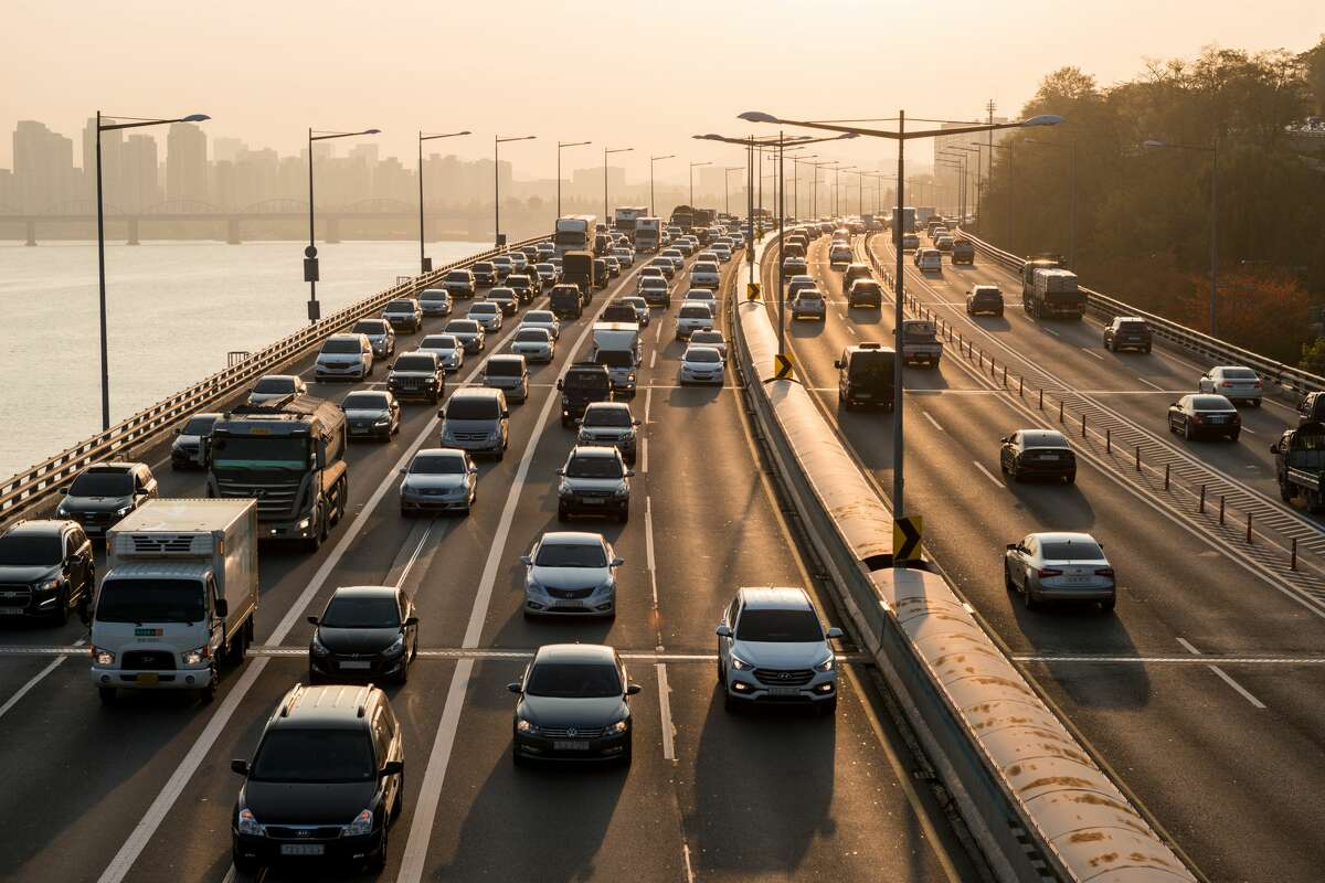 Cars are still most popular All of that being said, cars are still the most popular way for Seattleites to get around. In 2017, 51 percent of the population drove themselves to work alone in a vehicle. An additional 9 percent carpooled.