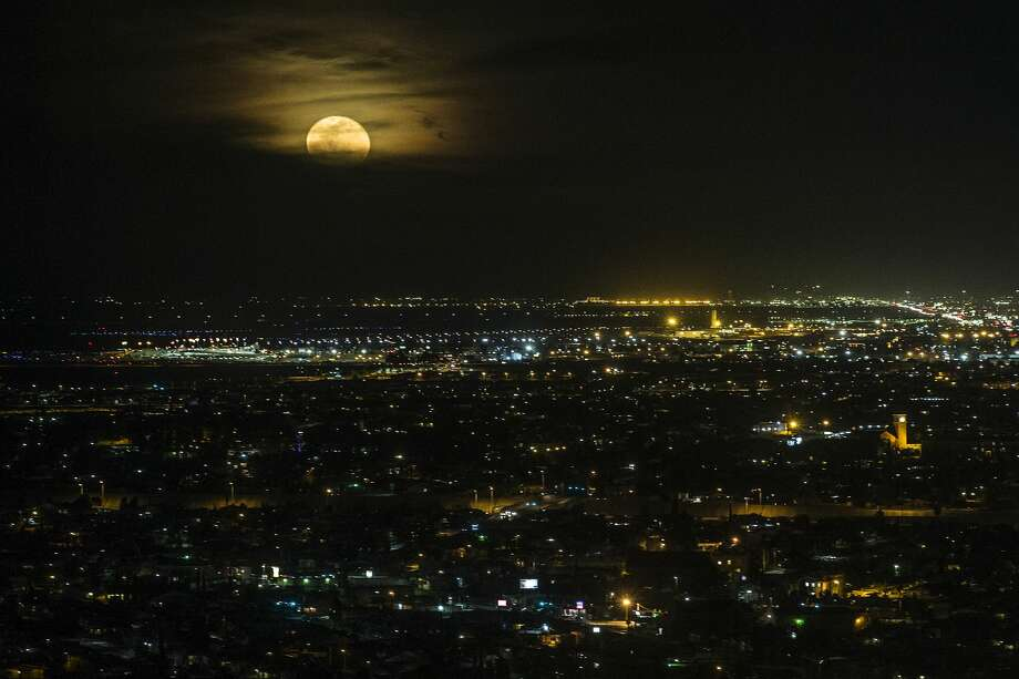 The moon rises over the city of El Paso, as seen from the Scenic Drive Overlook, on Thursday, Feb. 1, 2018, in El Paso, Texas. Photo: Brett Coomer/Staff Photographer