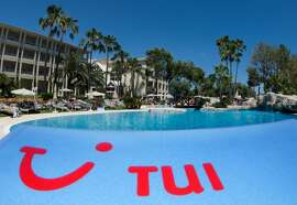 ILLUSTRATION - The logo of travel company TUI AG is pictured at a partner hotel of TUI in Platja de Muro, a town in the north of the Mediterranean island Mallorca, Spain, 09 June 2013. Photo: Julian Stratenschulte | usage worldwide   (Photo by Julian Stratenschulte/picture alliance via Getty Images)