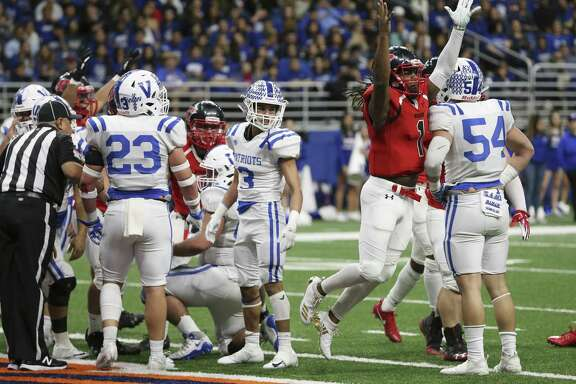 Wagner's quarterback Tobias Weaver (01) celebrates after scoring a touchdown in the first half against Mission Veterans Memorial in the Region IV-5A Division II final game at the Alamodome on Saturday, Dec. 8, 2018. (Kin Man Hui/San Antonio Express-News)