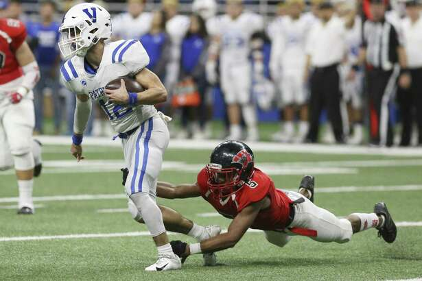Wagner's Gregory Steptoe (05) trips up against Mission Veterans Memorial's quarterback Landry Gilpin (12) in the first half in the Region IV-5A Division II final game at the Alamodome on Saturday, Dec. 8, 2018. (Kin Man Hui/San Antonio Express-News)