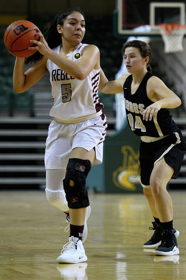 Lee's Selma Trejo looks to pass against Hobbs in the Tall City Oilman's Invitational Dec. 8, 2018, at Chaparral Center. James Durbin/Reporter-Telegram Photo: James Durbin / ? 2018 Midland Reporter-Telegram. All Rights Reserved.
