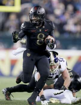 PHILADELPHIA, PENNSYLVANIA - DECEMBER 08:  Kelvin Hopkins Jr. #8 of the Army Black Knights carries in the second half against the Navy Midshipmen at Lincoln Financial Field on December 08, 2018 in Philadelphia, Pennsylvania.The Army Black Knights defeated the Navy Midshipmen 17-10. (Photo by Elsa/Getty Images)