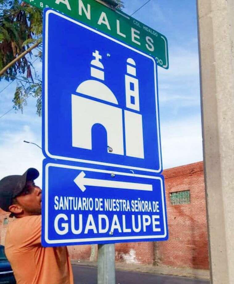 Trabajadores municipales de Nuevo Laredo, México, colocan señalamientos viales para proteger a los peregrinos durante sus recorridos hacia la Parroquia de Guadalupe por la celebración del Día de la Virgen de Guadalupe. Photo: Foto De Cortesía /Gobierno De Nuevo Laredo