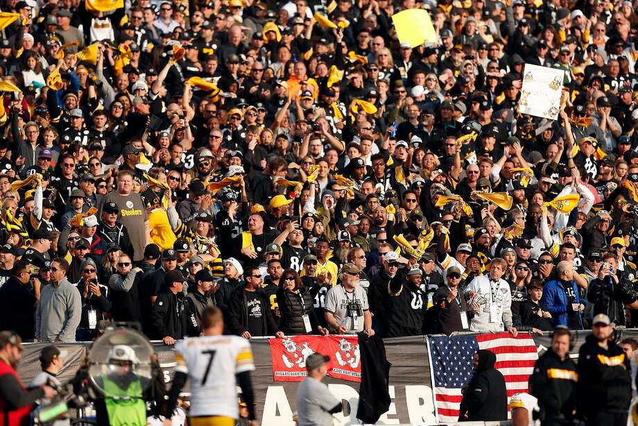 Pittsburgh Steelers' fans cheer as Ben Roethlisberger returns to field after injury during Oakland Raiders' 24-21 win in NFL game at Oakland Coliseum in Oakland, Calif. on Sunday, December 9, 2018. Photo: Scott Strazzante / The Chronicle