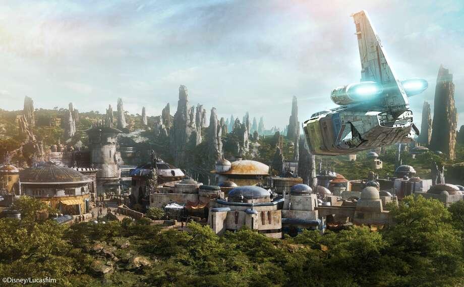 Ouverture en 2019, Star Wars: Galaxy's Edge au parc Disneyland à Anaheim, en Californie, et les studios Disney's Hollywood à Orlando, en Floride, sont les plus vastes projets d'agrandissement d'un parc à thème de Parcs Disney jamais réalisés, chacun transportant des visiteurs. une planète inédite, un port de commerce distant et l'un des derniers arrêts avant l'espace sauvage où les personnages de Star Wars et leurs histoires prennent vie. Photo: Disney / Lucasfilm Ltd
