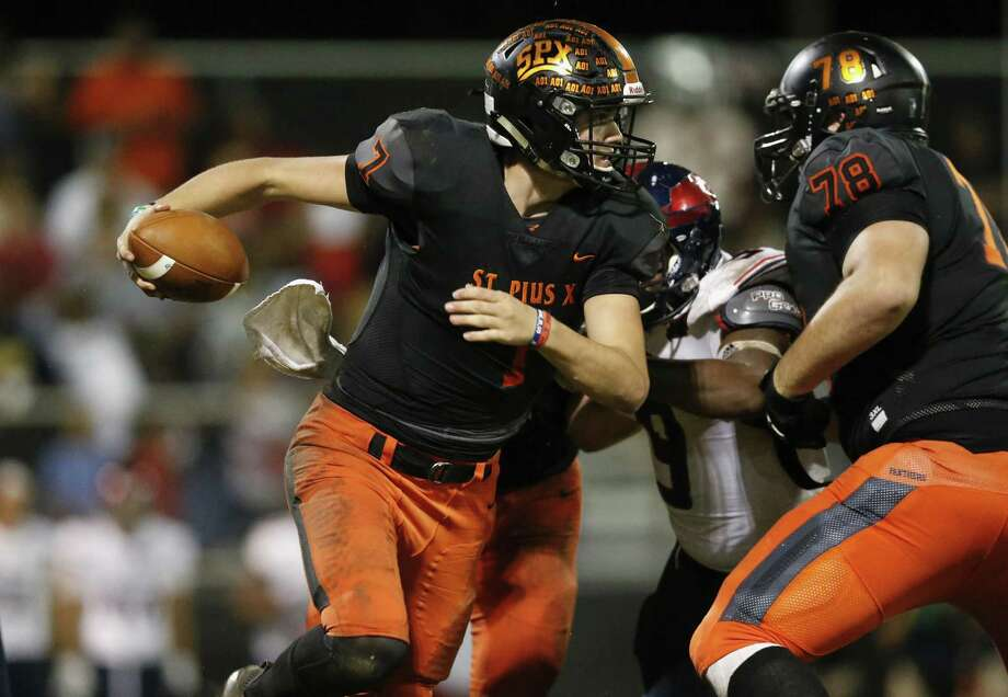 St. Pius X quarterback Grant Gunnell (7) is forced to scramble in the second half during the high school football game between the Bishop Dunne Falcons and the St. Pius X Panthers at Kubiak Stadium in Houston on Friday, Oct. 5. Photo: Tim Warner, Houston Chronicle / Contributor / ©Houston Chronicle