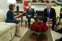 El vicepresidente Mike Pence, centro, observa a la líder de la minoría de la Cámara de Representantes Nancy Pelosi, demócrata de California, y al presidente Donald Trump mientras discuten en una reunión en la Oficina Oval de la Casa Blanca, el martes 11 de diciembre de 2018 en Washington.