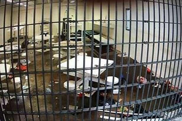 Los presos destruyeron una ventana, equipo de videograbación, camas y mesas, causando daños por alrededor de 29.000 dólares.