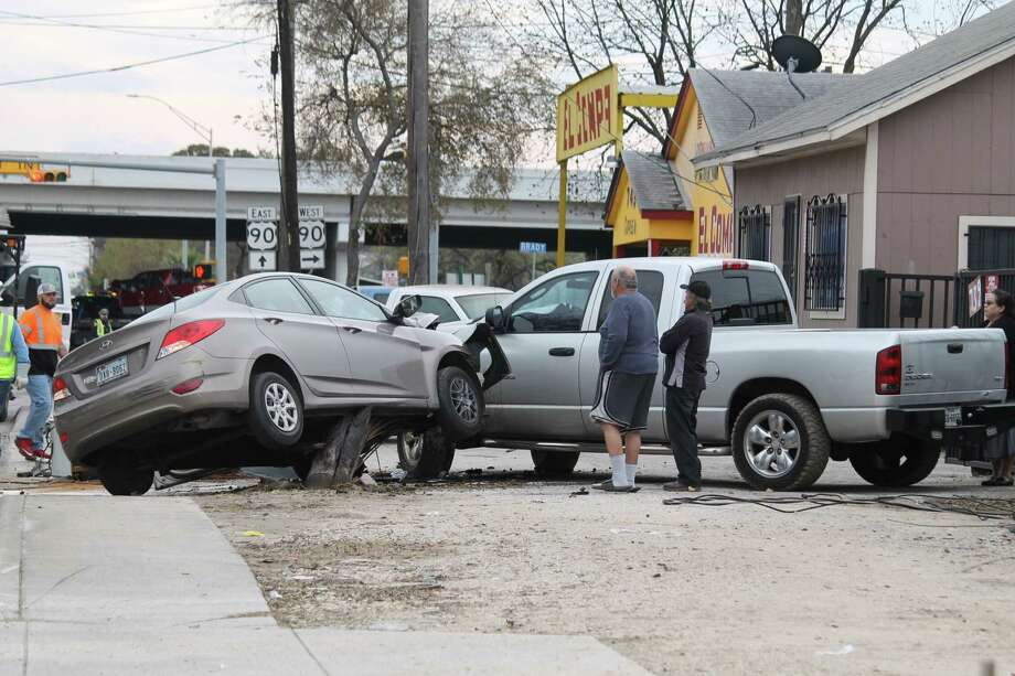 A four-car wreck shut down Cupples Road in December 12, 2018. Photo: Fares Sabawi/San Antonio Express-News