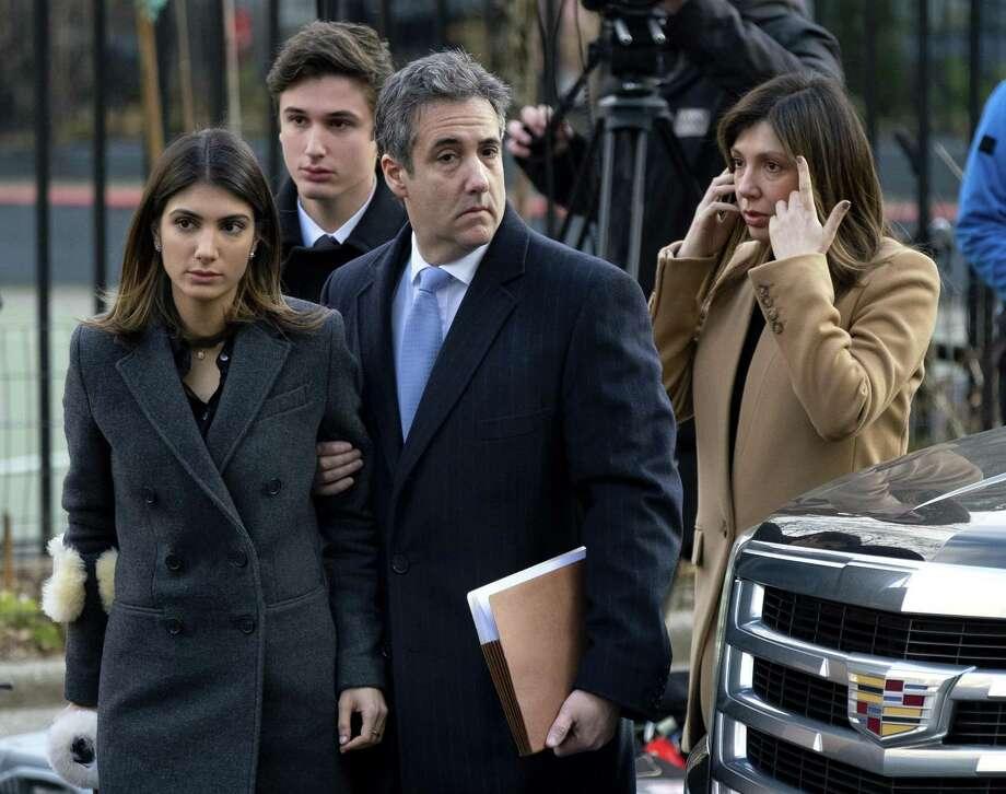 Michael Cohen (segundo desde la derecha), ex abogado del presidente Donald Trump, llega al tribunal para recibir su sentencia el 12 de diciembre del 2018. Photo: Craig Ruttle /Associated Press / Copyright The Associated Press 2018