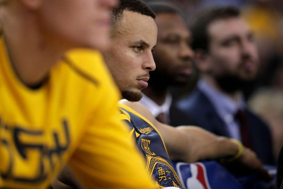Stephen Curry (30) on the bench late in the second half as the Golden State Warriors play the Toronto Raptors at Oracle Arena in Oakland, Calif., on Wednesday, December 12, 2018. Photo: Carlos Avila Gonzalez / The Chronicle