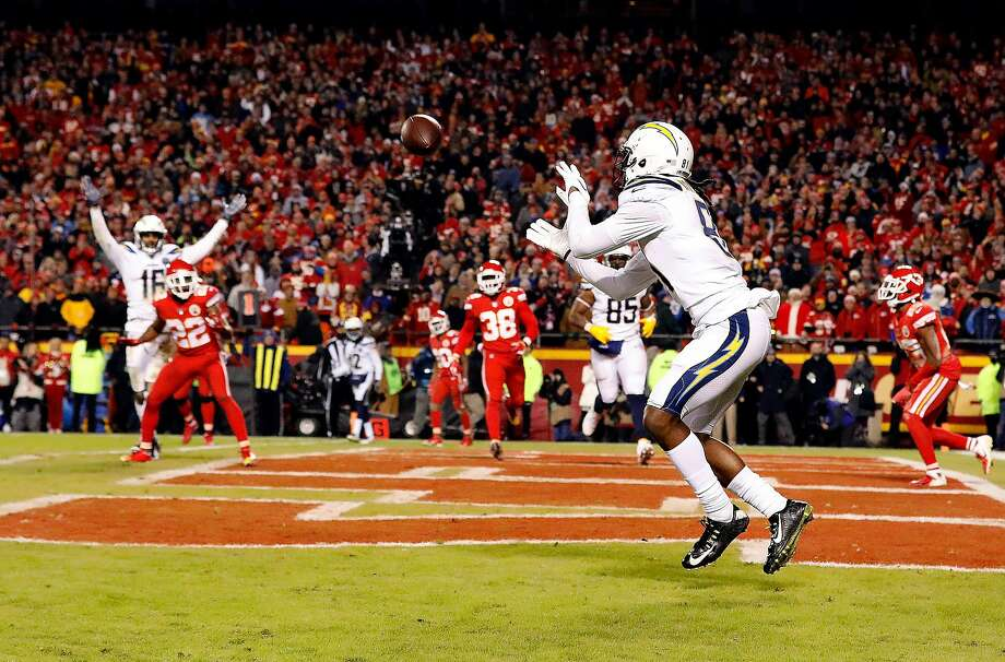 Chargers wide receiver Mike Williams (81) catches the gamewinning two-point conversion with four seconds remaining. Photo: David Eulitt / Getty Images