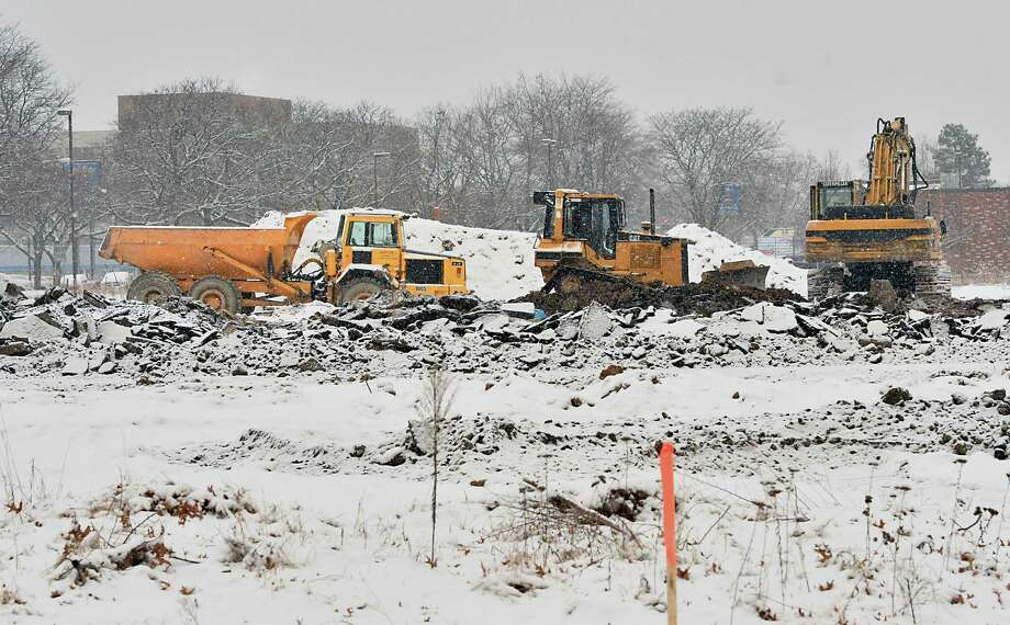 Construction crews work during a snow fall to build the new l-87 exit on Thursday, Dec. 13, 2018 in Colonie, N.Y. (Lori Van Buren/Times Union) Photo: Lori Van Buren