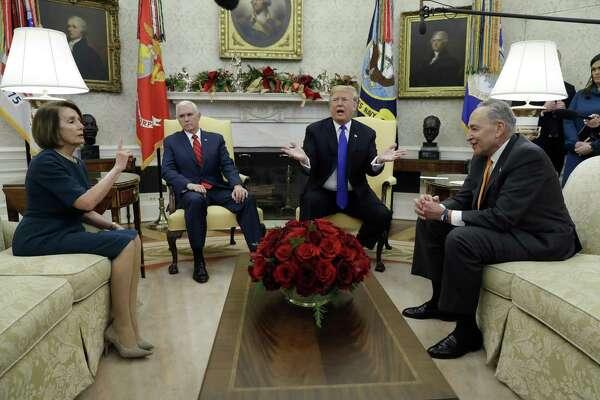 En esta imagen del 11 de diciembre de 2018, el presidente Donald Trump y el vicepresidente Mike Pence se reúnen con el líder de la minoría en el Senado, Chuck Schumer, y la demócrata de mayor rango en la Cámara de Representantes, Nancy Pelosi, en la Oficina Oval de la Casa Blanca en Washington.