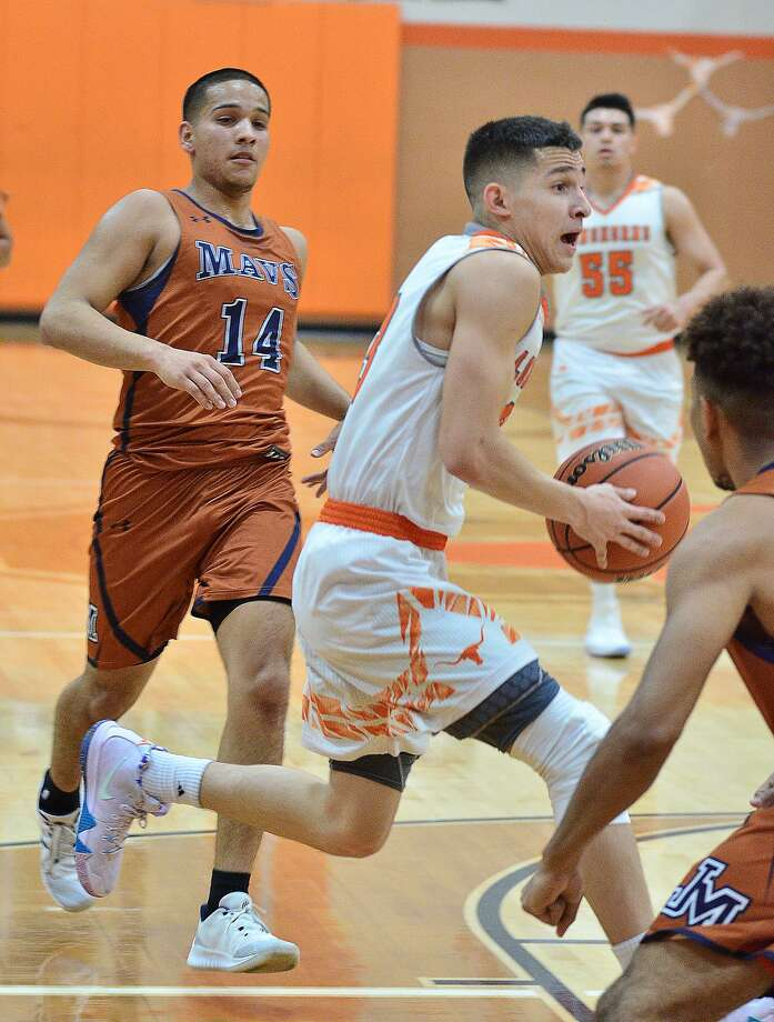 Andy Pompa matched Rico Olivares (55) with a game-high 14 points Friday in United's 50-35 win over San Antonio Madison. Photo: Cuate Santos /Laredo Morning Times / Laredo Morning Times
