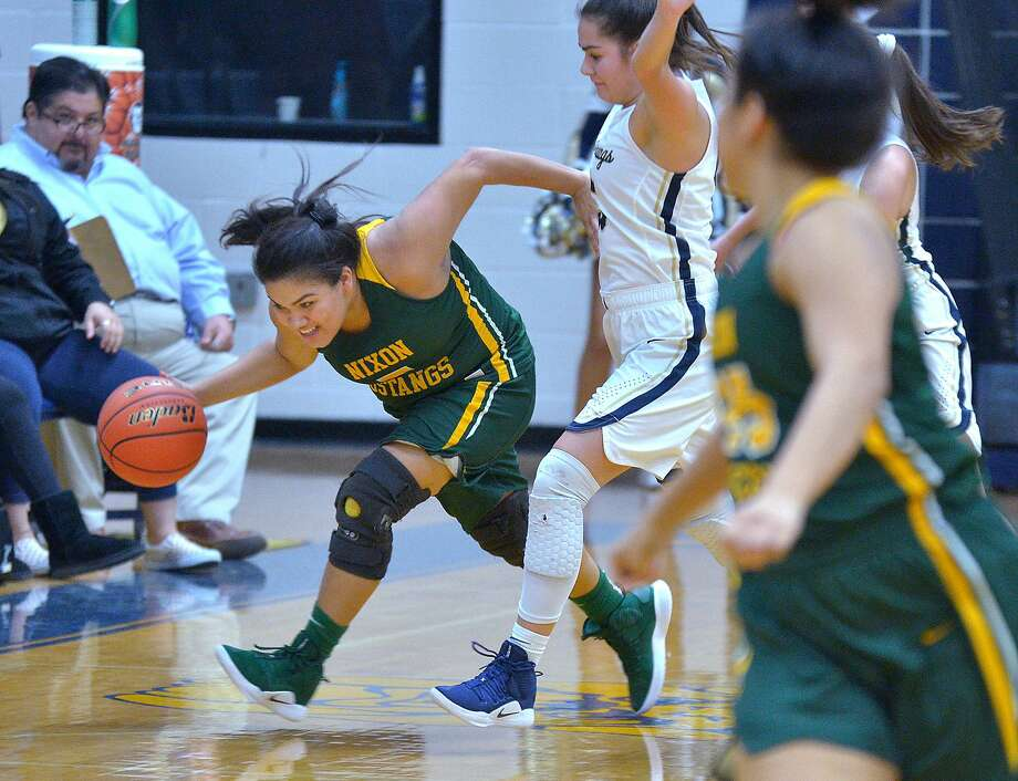 Alyssa Mata and Nixon rallied past Alexander 51-48 Friday thanks to a pair of putbacks during the game's final 33 seconds. Photo: Cuate Santos /Laredo Morning Times / Laredo Morning Times