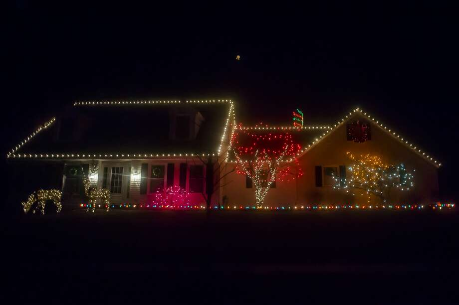 Lights illuminate houses across Midland on Dec. 14, 2018. (Katy Kildee/kkildee@mdn.net) Photo: (Katy Kildee/kkildee@mdn.net)