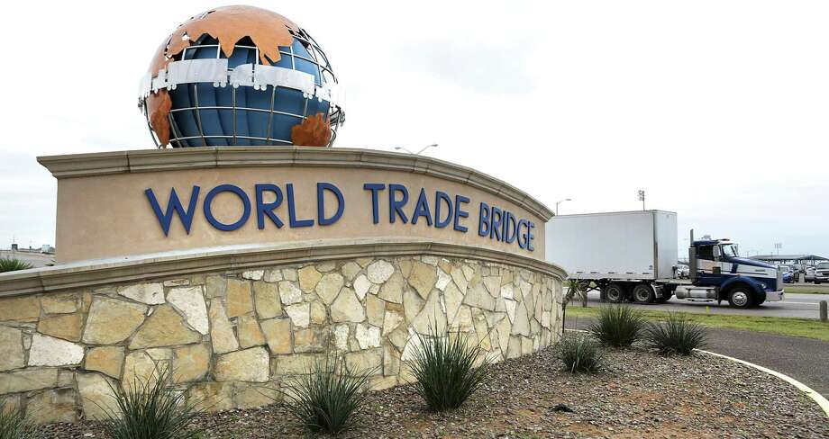 ARCHIVO— Un tráiler se dirige hacia la frontera con México en su entrada al Puente Mundial de Comercio en Laredo, el 27 de enero de 2017. El puerto de Laredo, durante marzo de 2019, escaló a ser el número uno, superando al puerto de Los Ángeles, de acuerdo a datos del Buró de Censos en Estados Unidos. Photo: Bob Owen /San Antonio Express-News / ©2017 San Antonio Express-News