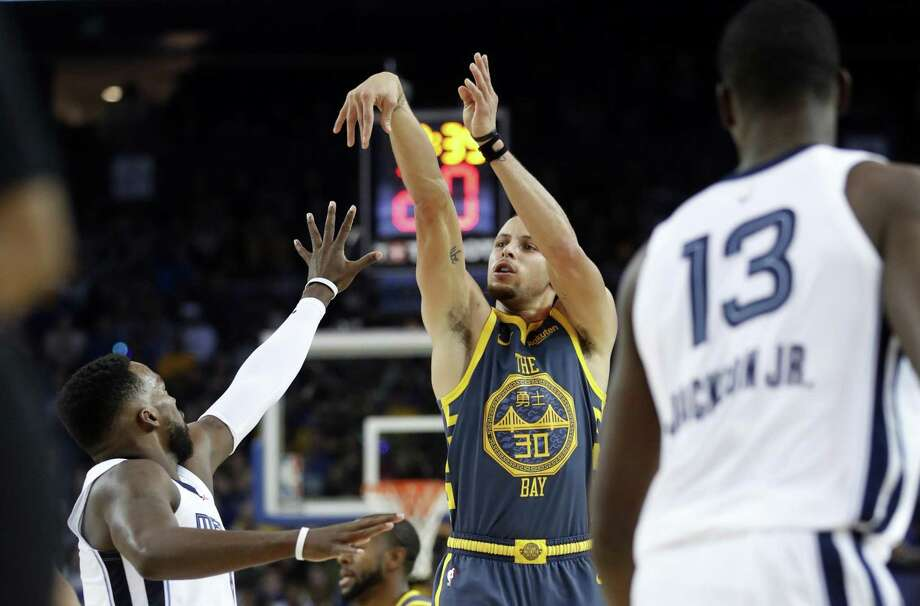Golden State Warriors' Stephen Curry score his 15,000th career point on a 3-pointer in 2nd quarter against Memphis Grizzlies during NBA game at Oracle Arena in Oakland, Calif. on Monday, December 17, 2018. Photo: Scott Strazzante / The Chronicle / San Francisco Chronicle