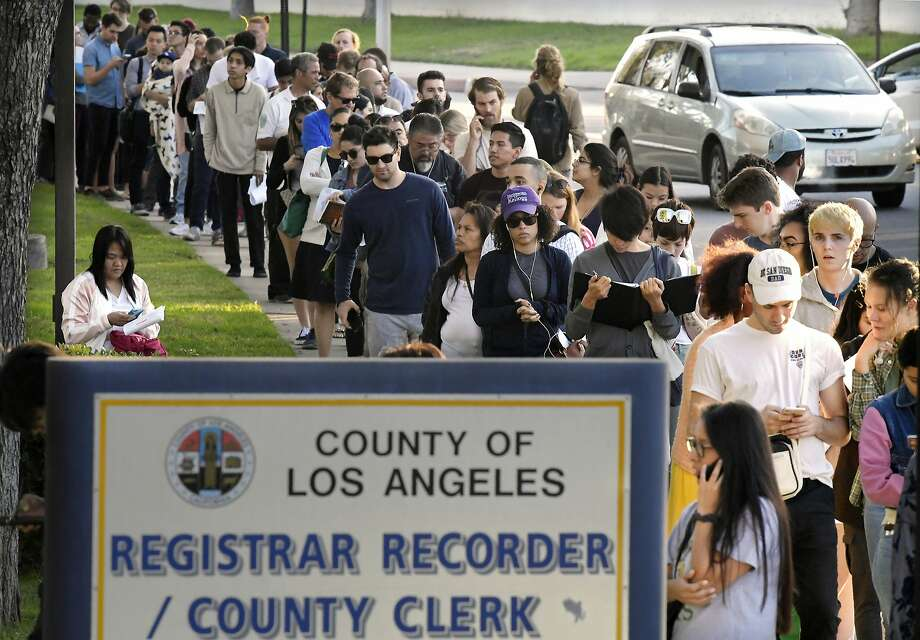 People wait in long lines to register and vote at the Los Angeles County registrar's office in Los Angeles on Nov. 6. Photo: Mark J. Terrill / Associated Press