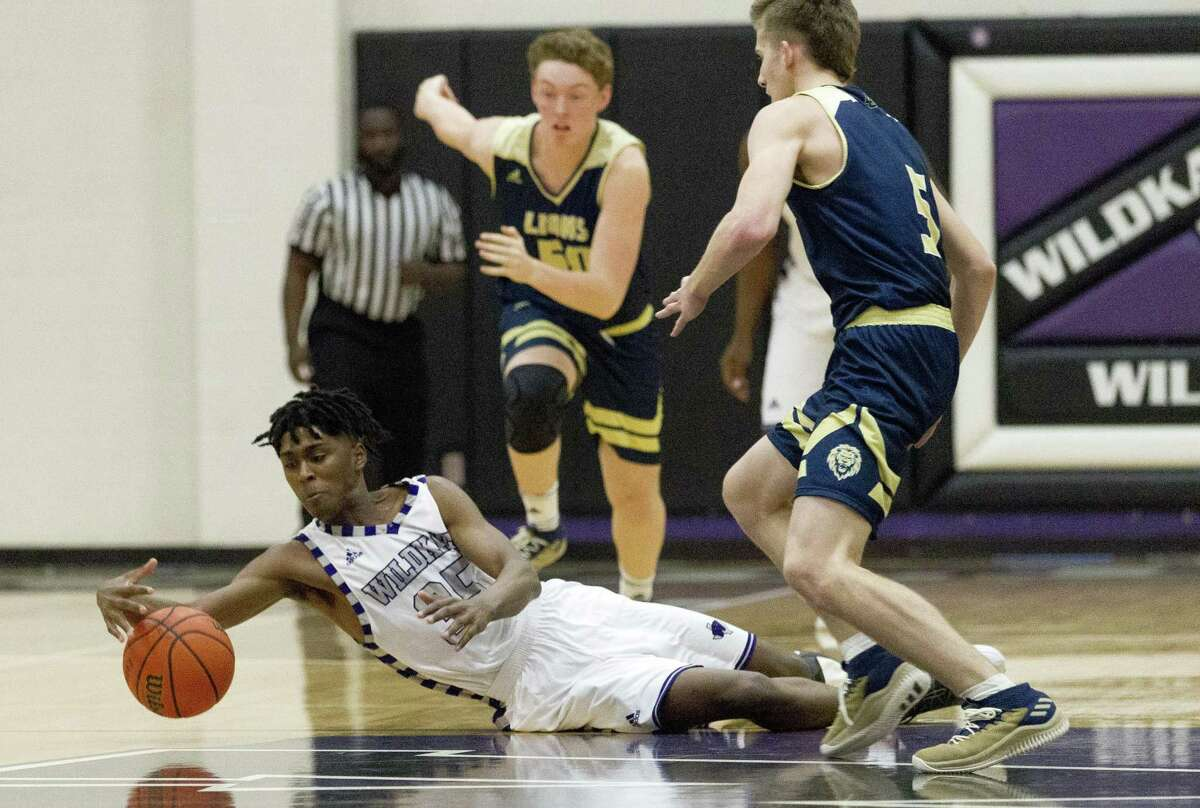 Willis forward Ja?'len Moore (35) tries to control a loose ball during the first quarter of a District 20-5A high school basketball game at Willis High School, Tuesday, Dec. 18, 2018, in Willis.