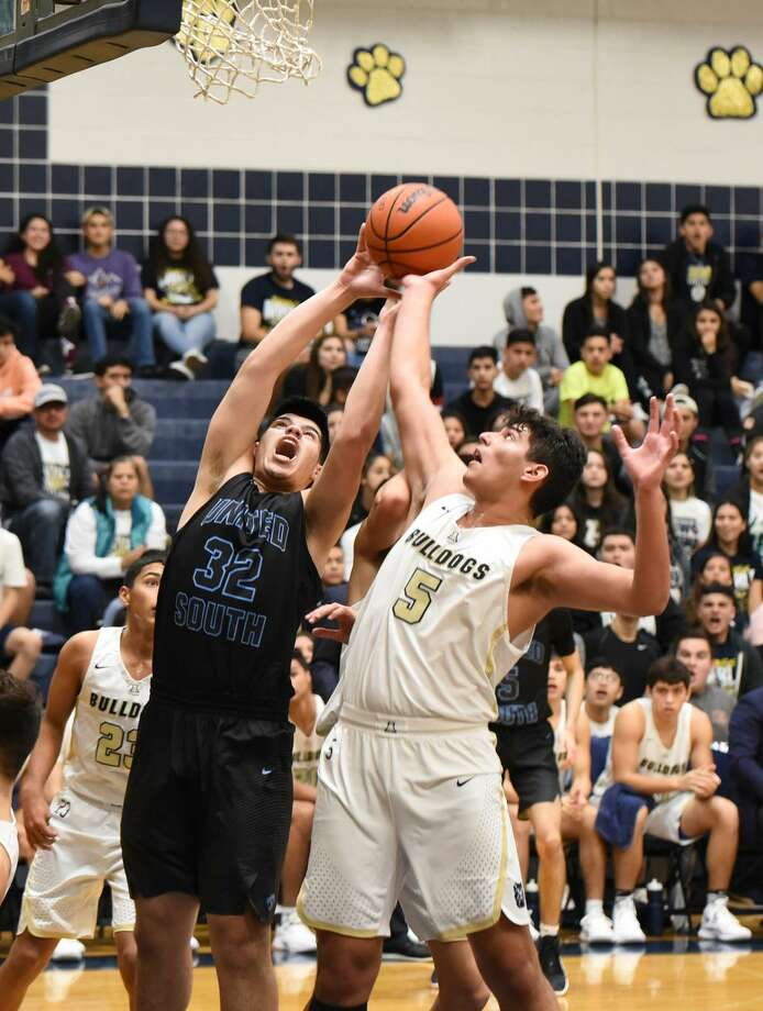 Miguel Martinez scored a game-high 22 points Tuesday in United South's 59-49 win over McAllen Rowe in Corpus Christi to open the playoffs. Foro Villarreal had eight points for Alexander in a 51-49 victory over PSJA North in Roma. Photo: Christian Alejandro Ocampo /Laredo Morning Times File / Laredo Morning Times