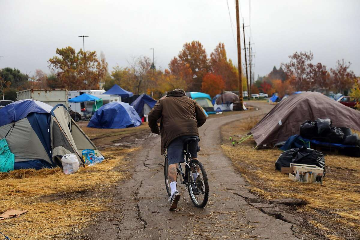 Evacu�ees displ�aced by the Camp Fire in a makeshift camp beside a Walmart in Chico, Calif., Nov. 28, 2018. Butte County already had 2,000 homeless people and a crisis on its hands before the Camp Fire's devastation added tens of thousands more to their ranks. (Jim Wilson/The New York Times)