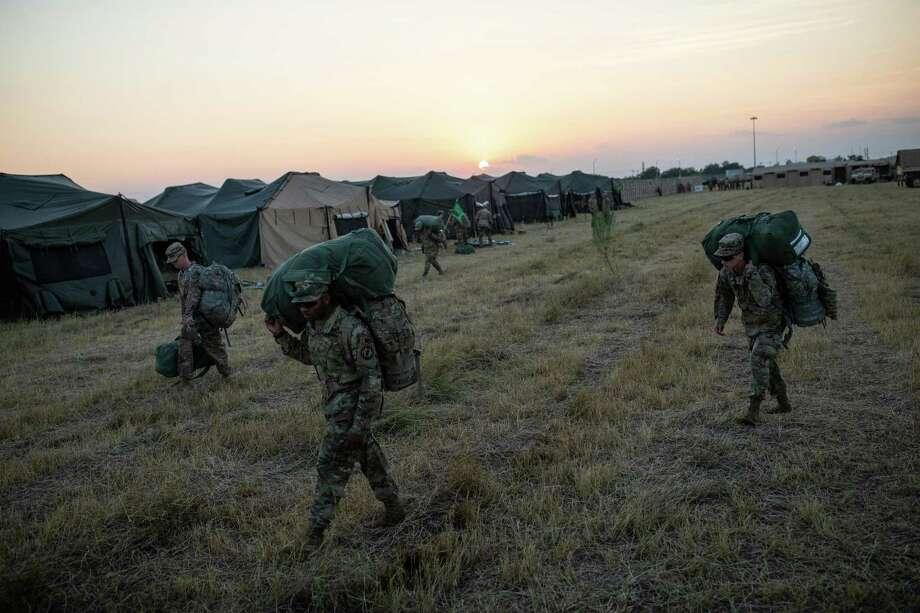 ARCHIVO — Soldados del Ejército de Estados Unidos llegan a la base Camp Donna, una de las múltiples bases militares que se están estableciendo a lo largo de la frontera de México y Estados Unidos, en Donna, Texas, el 8 de noviembre de 2018. Photo: Tamir Kalifa /NYT / NYTNS
