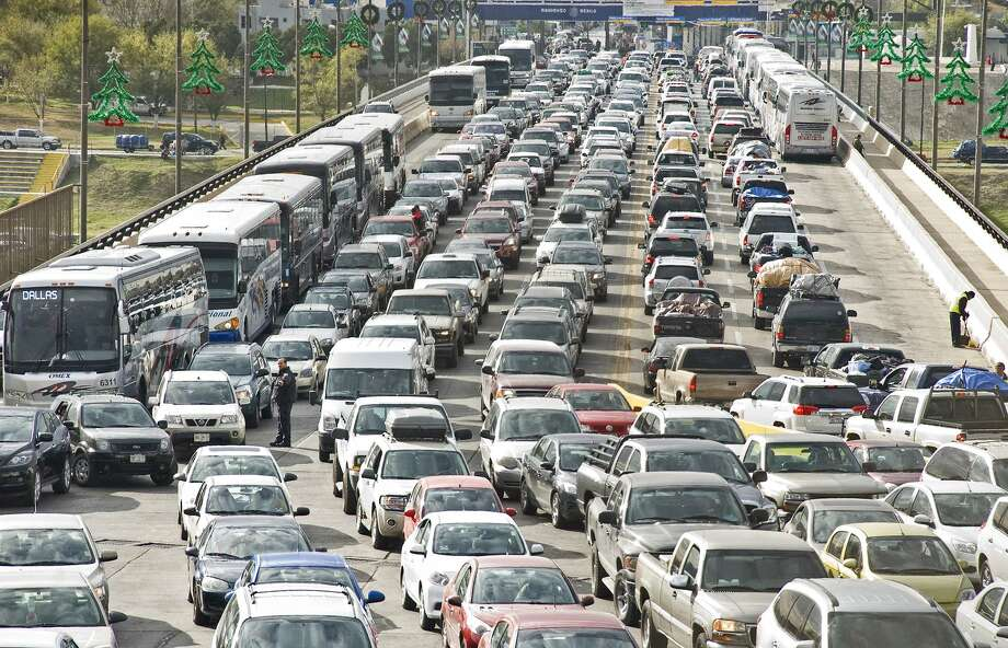 Anuncian medidas para facilitar tráfico navideño en puentes