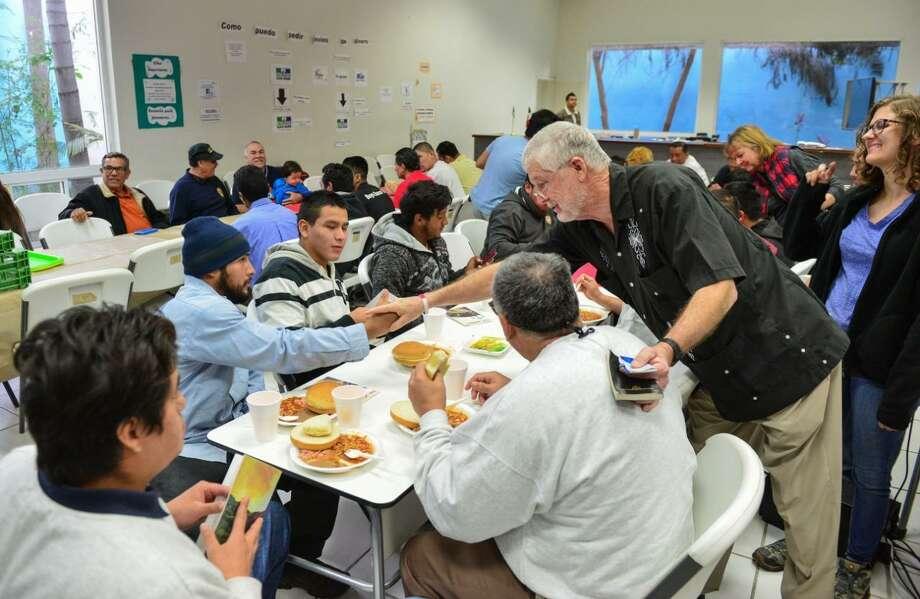 Treinta migrantes que esperan ser repatriados a sus lugares de origen recibieron una comida por el Día Internacional del Migrante, organizada por el Instituto Tamaulipeco de Atención al Migrante, el martes en Nuevo Laredo, México. Photo: Foto De Cortesía /Gobierno De Nuevo Laredo