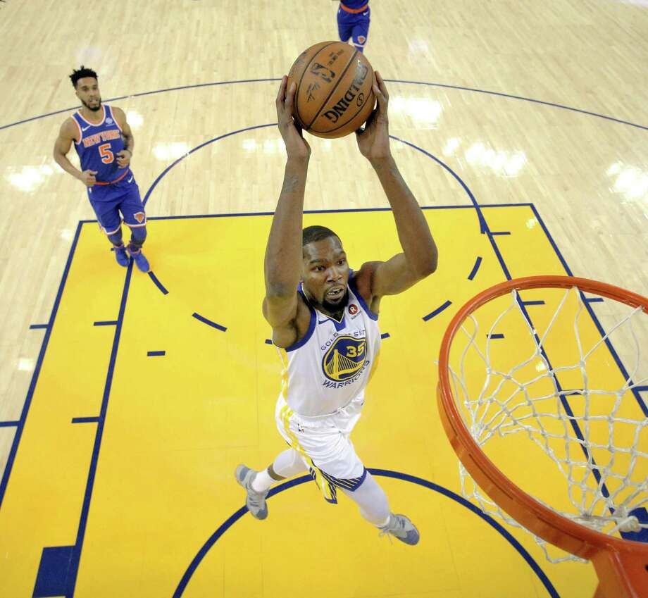 Kevin Durant dunks in the first half as the Warriors played the New York Knicks at Oracle Arena on Jan. 23. Photo: Carlos Avila Gonzalez / The Chronicle / San Francisco Chronicle/Carlos Avila Gonzalez