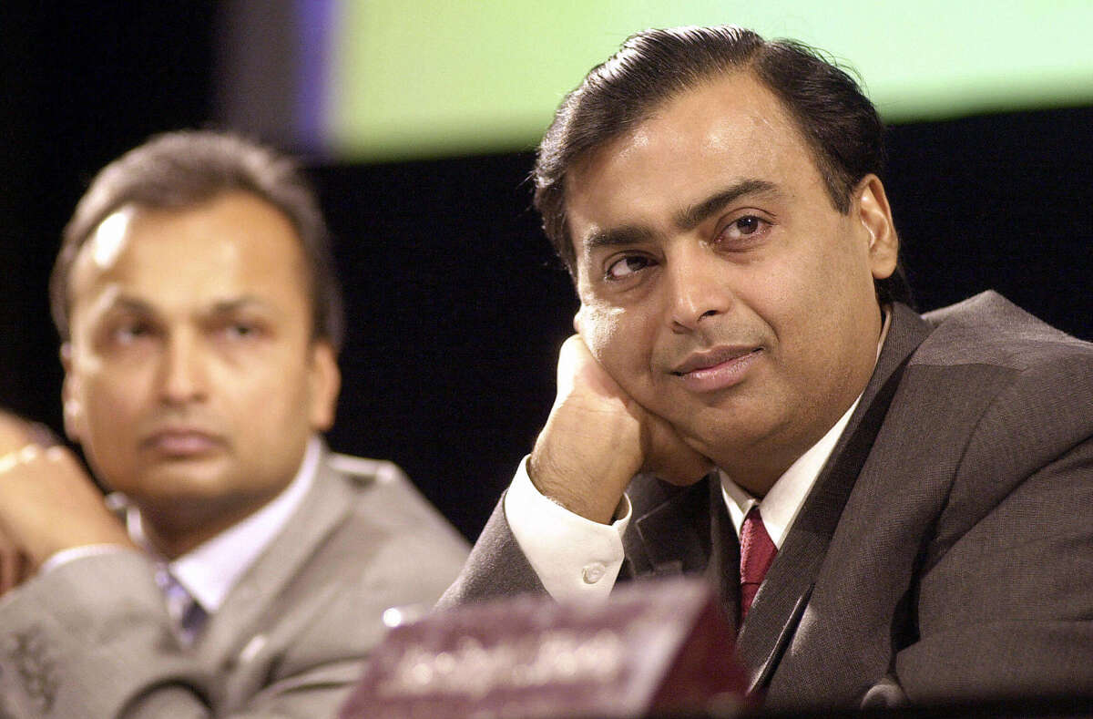 Brothers Mukesh Ambani (R) and Anil Ambani feuded over the family company after their father's passing.