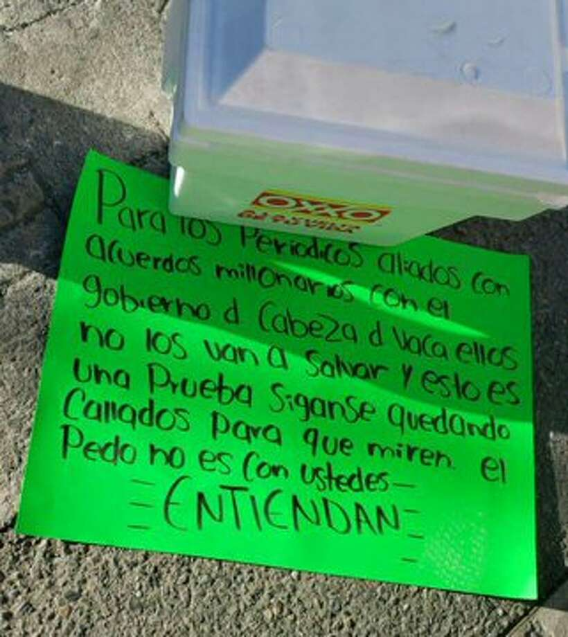 A photo published by Blog Del Narco appears to show a hand-written sign left with a cooler containing a severed head in Tamaulipas. Photo: Blog Del Narco