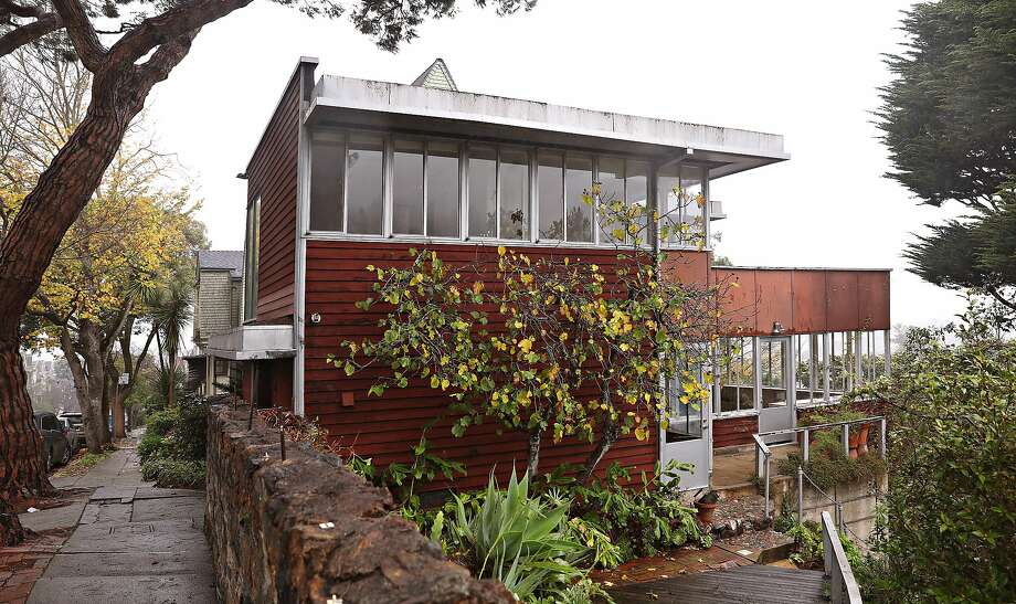 This home at 90 Woodland Ave. in San Francisco, designed by Richard Neutra, is one of four of the renowned architect's creations that are still standing in the city. Photo: Liz Hafalia / The Chronicle