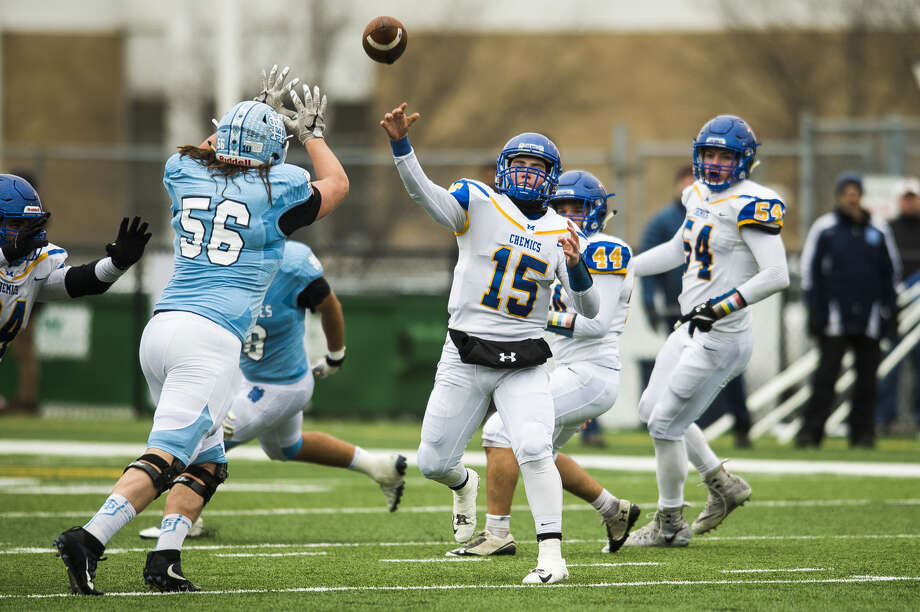 Midland High quarterback Al Money delivers a pass during a state semifinal against Muskegon Mona Shores on Nov. 17, 2018. Photo: Daily News File Photo