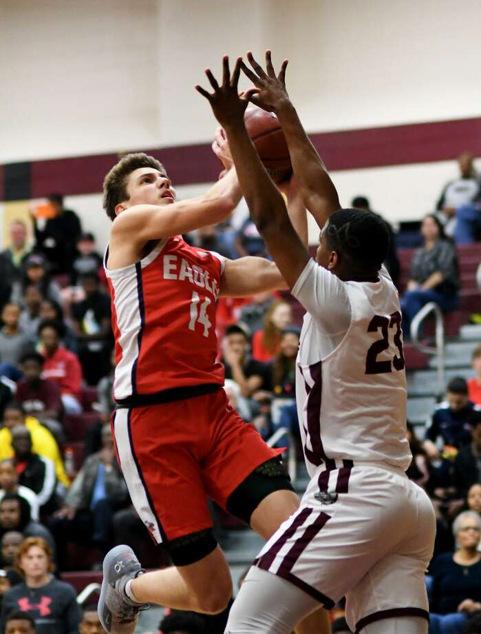 Atascoita senior guard Nick Gazelas (14) drives to the hoop against Summer Creek senior guard Dylan Phillips (23) during the 1st quarter of their District 22-6A matchup at Summer Creek High School on Dec. 21, 2018. Photo: Jerry Baker, Houston Chronicle / Contributor / Houston Chronicle