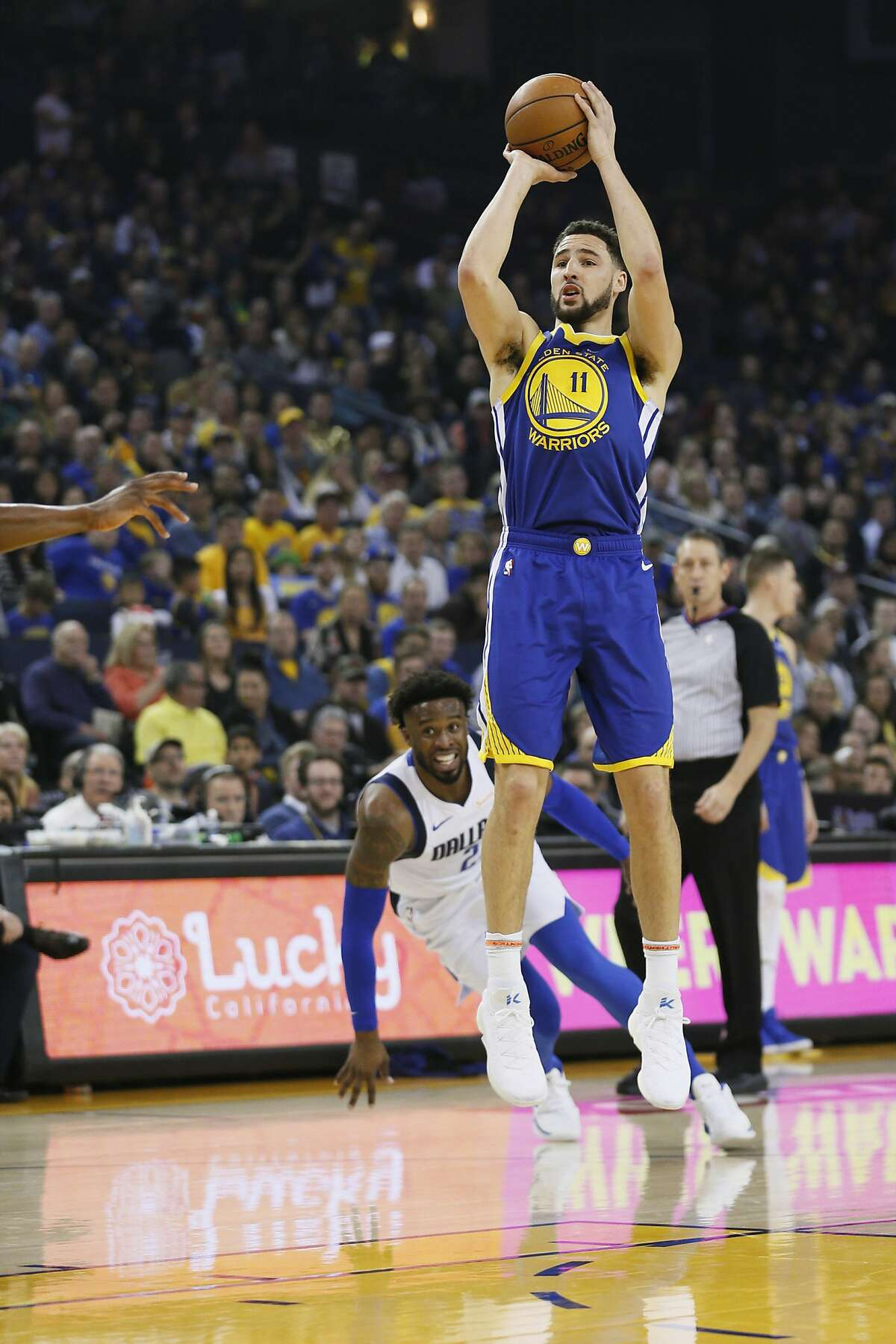 Golden State Warriors guard Klay Thompson (11) makes the jump shot against the Dallas Mavericks in the first half of an NBA game at Oracle Arena on Saturday, Dec. 22, 2018, in Oakland, Calif.