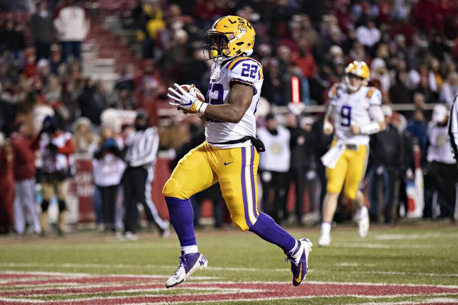 Clyde Edwards-Helaire  22 of the LSU Tigers runs the ball for a touchdown fd59bc9ed