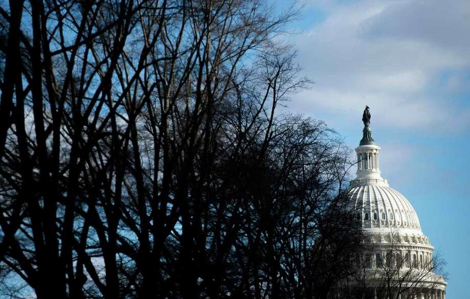 El Capitolio es visto en Washington, D.C., el sábado, mientras el gobierno continúa con cierre parcial. Se espera que el cierre se extienda hasta Navidad ya que el Senado levantó la sesión sin un acuerdo. Photo: Andrew Caballero-Reynolds /AFP /Getty Images / AFP or licensors