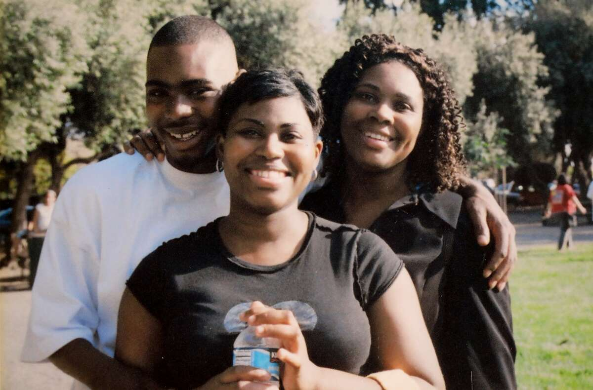 Oscar Grant with his sister, Chantay Moore (center), and mother, Wanda Johnson (right).