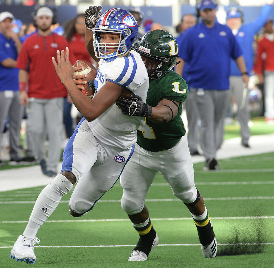 West Brook's La'Ravien Elia slips past Longview's Tyshawn Taylor as he runs the ball in for a touchdown during Saturday's state final Class 6A Div. II championship game at AT&T Stadium in Arlington. Photo taken Saturday, December 22, 2018 Kim Brent/The Enterprise Photo: Kim Brent/The Enterprise
