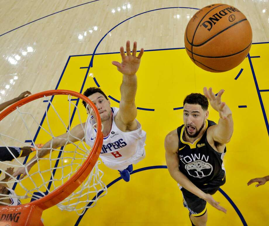 Klay Thompson (11) puts up a layup in the first half as the Golden State Warriors played the Los Angeles Clippers at Oracle Arena in Oakland, Calif., on Sunday, December 23, 2018. Photo: Carlos Avila Gonzalez, The Chronicle