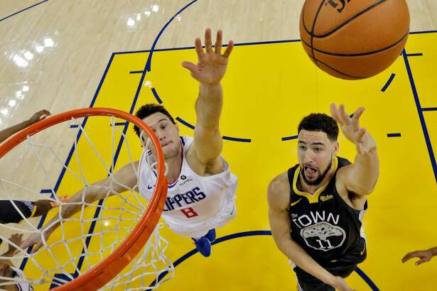 Klay Thompson (11) puts up a layup in the first half as the Golden State Warriors played the Los Angeles Clippers at Oracle Arena in Oakland, Calif., on Sunday, December 23, 2018.