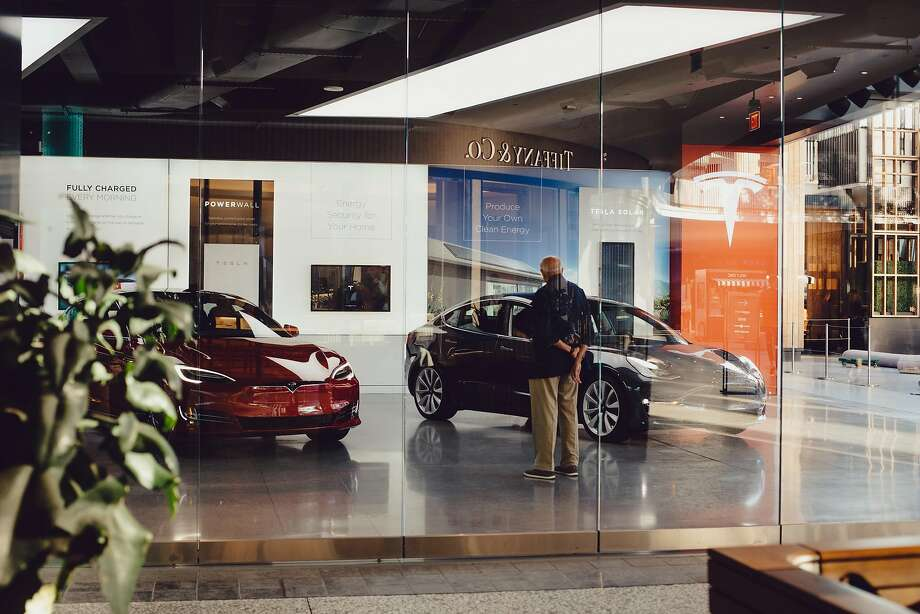 FILE -- A Tesla showroom in Los Angeles, Oct. 18, 2018. Investors sent Tesla shares down sharply on Jan. 2 after a quarterly report announced a $2,000-per-car price cut that could suggest softer demand. (Rozette Rago/The New York Times) Photo: ROZETTE RAGO;Rozette Rago / New York Times