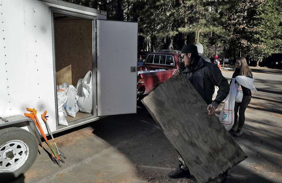 Brendan and Anna Smits drop off garbage they collected from Yosemite National Park during the partial shutdown. Photo: Carlos Avila Gonzalez / The Chronicle