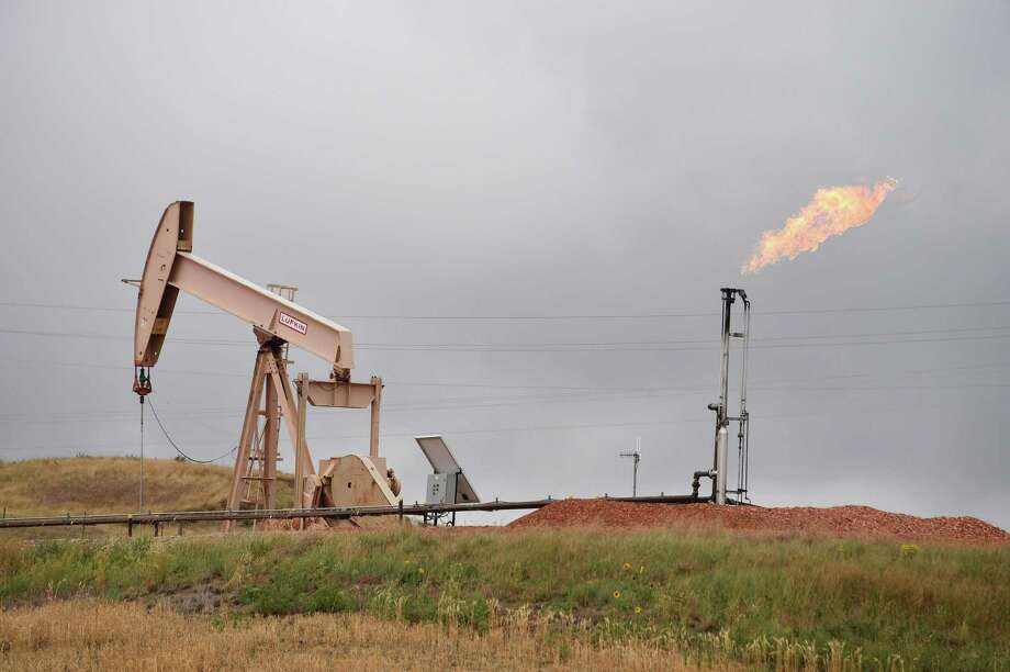 (FILES) In this file photo taken on September 6, 2016 shows pump jacks and a gas flare near Williston, North Dakota. - Photo: ROBYN BECK, Contributor / AFP/Getty Images / AFP or licensors