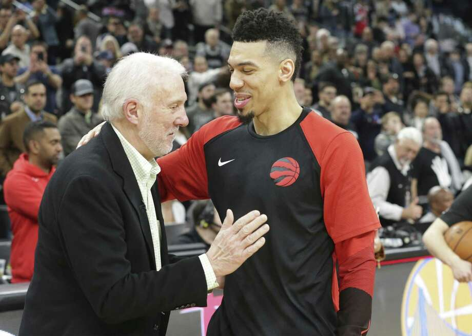 Danny Green gets a pat from his old coach Gregg Popovich as the Spurs host the Raptors at the AT&T Center on January 3, 2019. Photo: Tom Reel, Staff / Staff Photographer / 2018 SAN ANTONIO EXPRESS-NEWS