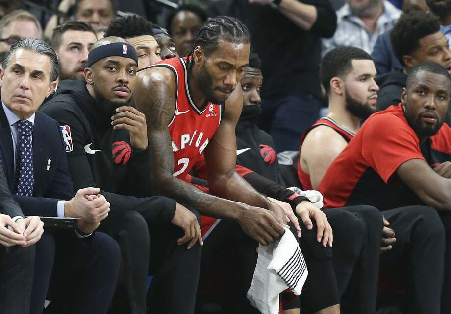 Kawhi Leonard takes the bench in the fourth quarter as the game gets out of hand for his team as the Spurs host the Raptors at the AT&T Center on January 3, 2019. Photo: Tom Reel/Staff Photographer